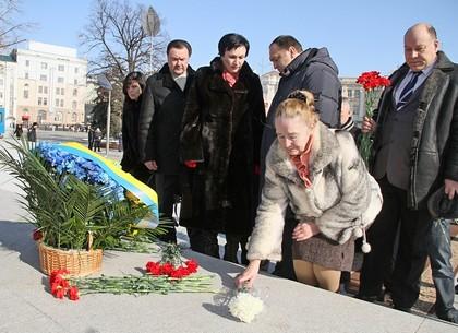 Возложение цветов к памятнику Независимости Украины в честь Героев Небесной Сотни
