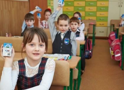 Харьковские первоклассники бесплатно получают молоко и завтрак