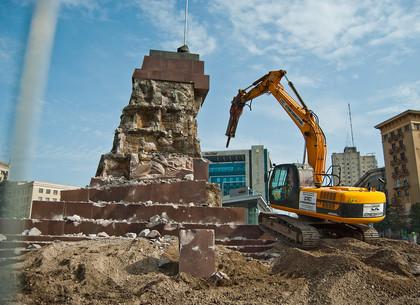 Демонтаж постамента памятника Ленину на площади Свободы в Харькове