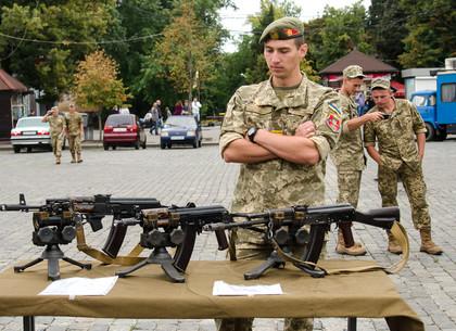 Как на площади Свободы харьковчанам рассказывали о военной службе