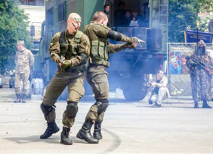 На площади Свободы в Харькове состоялась акция «Армейский контракт»