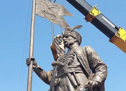 Как устанавливают памятник козаку Сирко