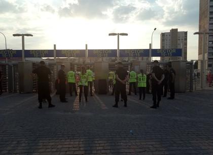 Полицейские готовятся охранять футбольный матч