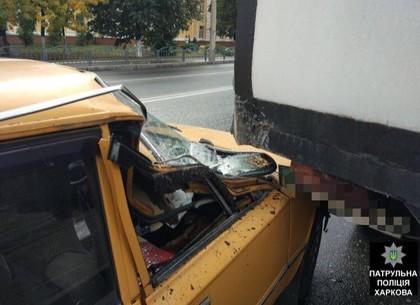 На Шевченко легковушка «подлезла» под грузовик (ФОТО)