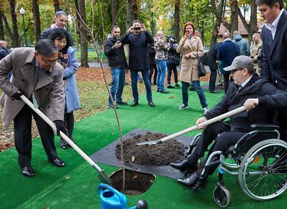 Геннадий Кернес и посол Японии Шигеки Суми посадили в Харькове сакуру