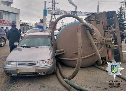 На выезде с «Лоска» перевернулся водовоз: есть пострадавшие