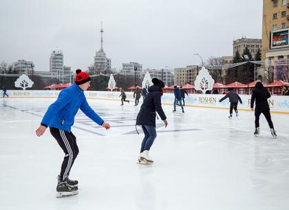 На площади Свободы в Харькове заработал крупнейший в Украине открытый каток (ФОТО)