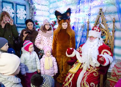 Сказочный домик Деда Мороза работает на главной площади Харькова