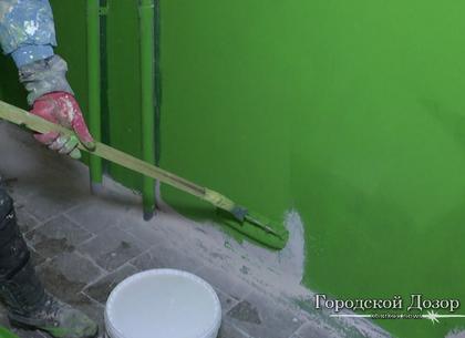 Харьковские коммунальщики ремонтируют подъезды и устанавливают улавливающие сетки