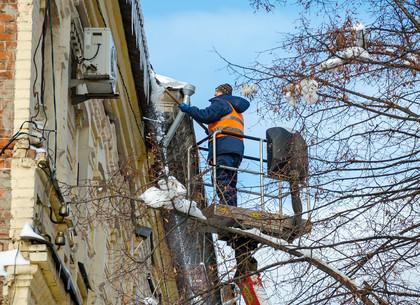 Харьковские коммунальщики очищают крыши домов от наледи и сосулек