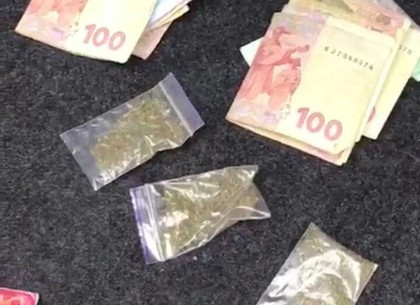 Полицейские задержали мужчину во время продажи наркотиков