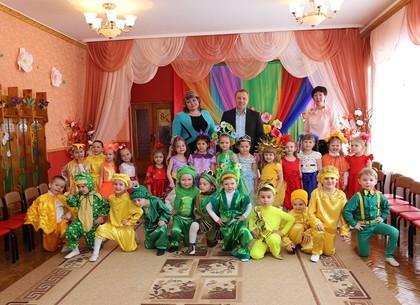 Александр Ткаченко поздравил всех женщин детского сада № 6 в Новобаварской районе