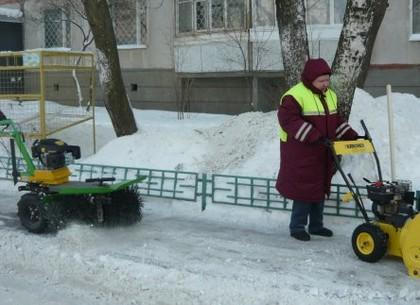 На улицах города продолжают убирать снег