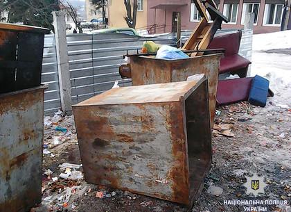 Под Харьковом на работника свалился мусорный бак