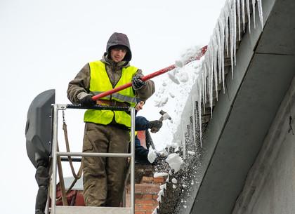 Более 100 адресов за день. Харьковские коммунальщики убирают сосульки с края крыш