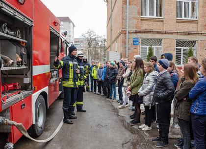 Харьковский лицей №4 навестили спасатели и показали, как вести себя при возникновении пожара