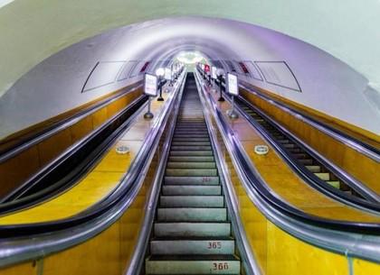 На станции метро «Площадь Конституции» у мужчины затянуло куртку под гребёнку эскалатора