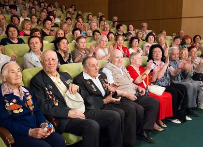 Геннадий Кернес поздравил с Днем победы ветеранов войны Холодногорского и Новобаварского районов