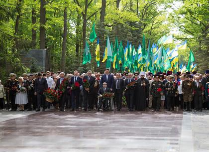 Возложение цветов на Мемориале Славы по случаю Дня победы во Второй мировой войне
