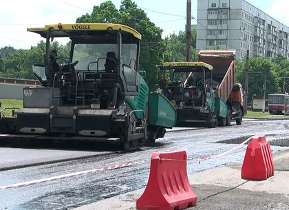 Харьковские дорожники ремонтируют проспект Тракторостроителей (ФОТО)