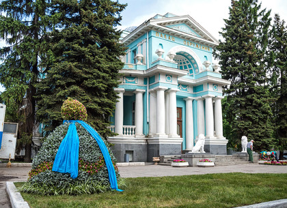 Возле Дворца бракосочетаний в Харькове появилось платье для селфи