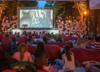 В парке Горького продолжаются романтические киносеансы под открытым небом