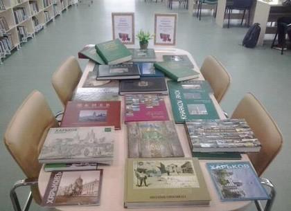 Фотоальбомы Харькова, Одессы, Киева и Украины пополнили библиотеку Юракадемии