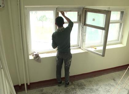 Как в Новобаварском районе коммунальщики ремонтируют подъезды