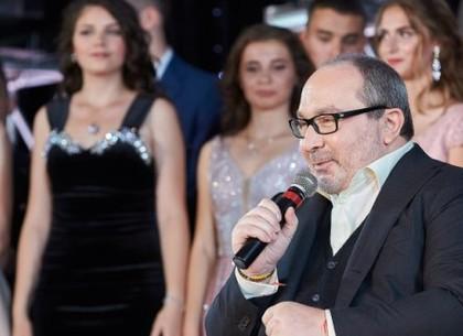 Геннадий Кернес поздравил выпускников с окончанием школы