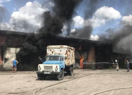 Под Харьковом - крупный пожар гаража с горючим
