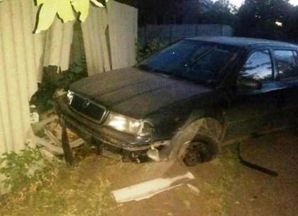 Ночью на Харьковской улице Scoda врезалась в забор частного дома (ФОТО)
