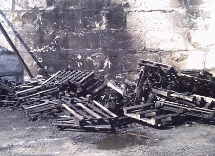 Пожар угрожал складам в промзоне на Леваде