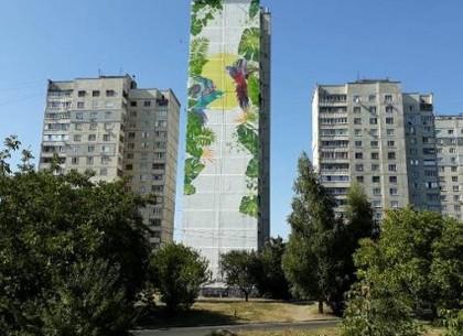 В Харькове на Рогани появились огромные попугаи (фото)