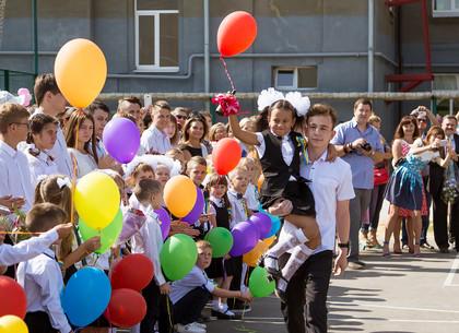 В школах Холодногорского и Новобаварского района прозвучал первый звонок