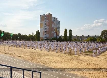 Геннадий Кернес открыл после реконструкции современный школьный стадион на Салтовке (ФОТО)