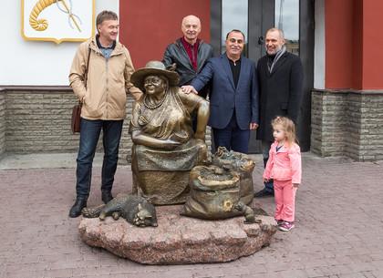 В Харькове появилась скульптура бабушки, торгующей семечками