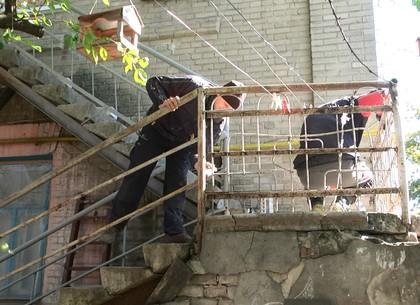 Харьковские коммунальщики реконструируют аварийные веранды (ФОТО)