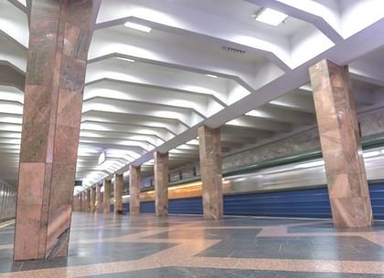 Неосторожный мужчина упал на пути в метрополитене