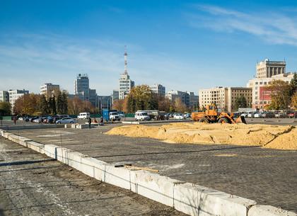 На площади Свободы строят каток (ФОТОРЕПОРТАЖ)
