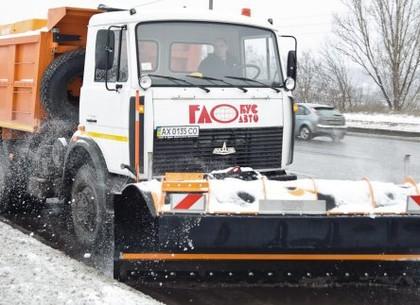 В Харькове убирают снег около 100 единиц спецтехники