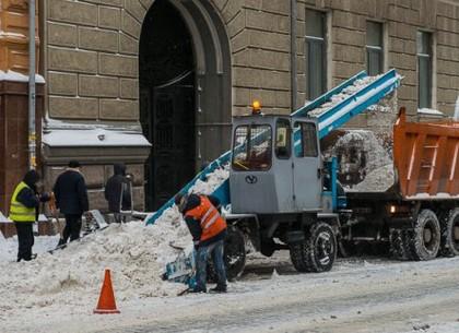 Почти полсотни машин убирают снег в Харькове
