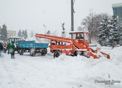 Более 90 машин убирают снег в Харькове