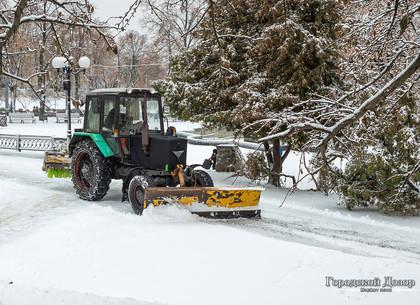 Сотня снегоуборочных машин работают на дорогах Харькова