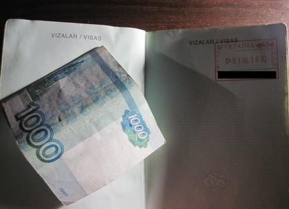 Среднеазиатский «турист» за взятку хотел пешком нелегально покинуть Харьковщину