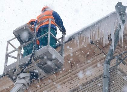 На харьковских коммунальщиков, убиравших сосульки, набросился неадекват (ВИДЕО)