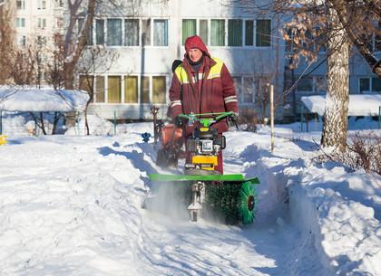 Как харьковские дворники очищают город от снега (ФОТО)