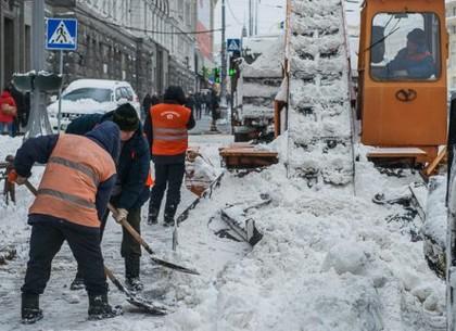 На магистралях города продолжается уборка снега