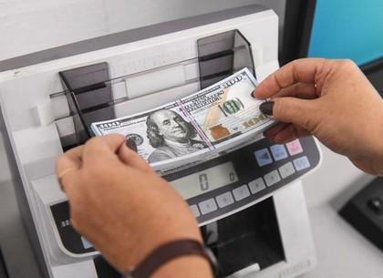 Курс в обменниках растет, а на межбанке – падает