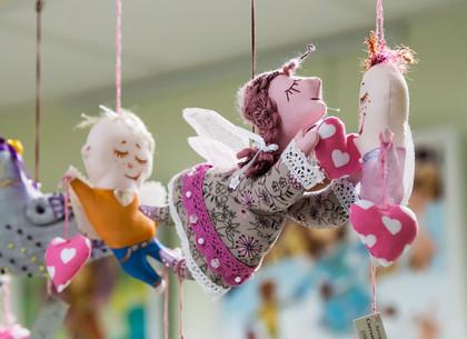 Выставка картин и сувениров, посвященных Дню влюбленных, открылась в Харькове
