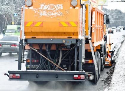 Около четырех десятков машин убирают снег с харьковских улиц
